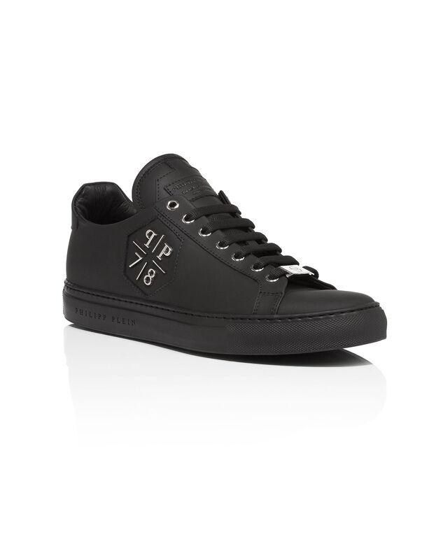 ca19e8e487c low sneakers