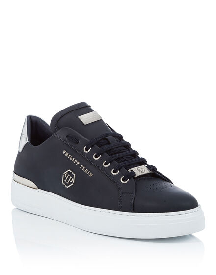 Lo-Top Sneakers Over a border