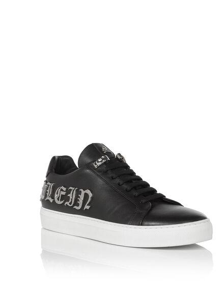 Lo-Top Sneakers Plays